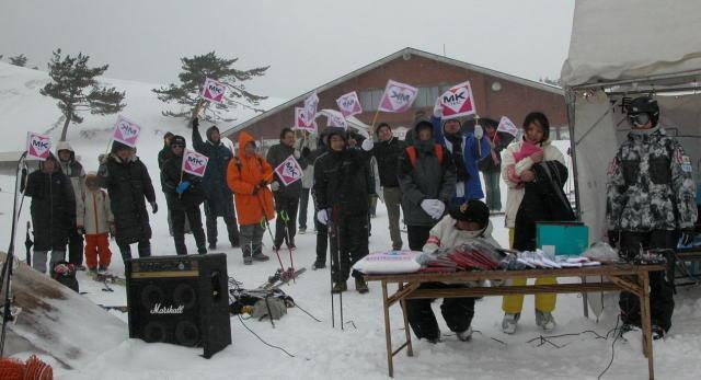 登録男子の部で優勝した、鈴木亮選手のMKタクシー大応援団