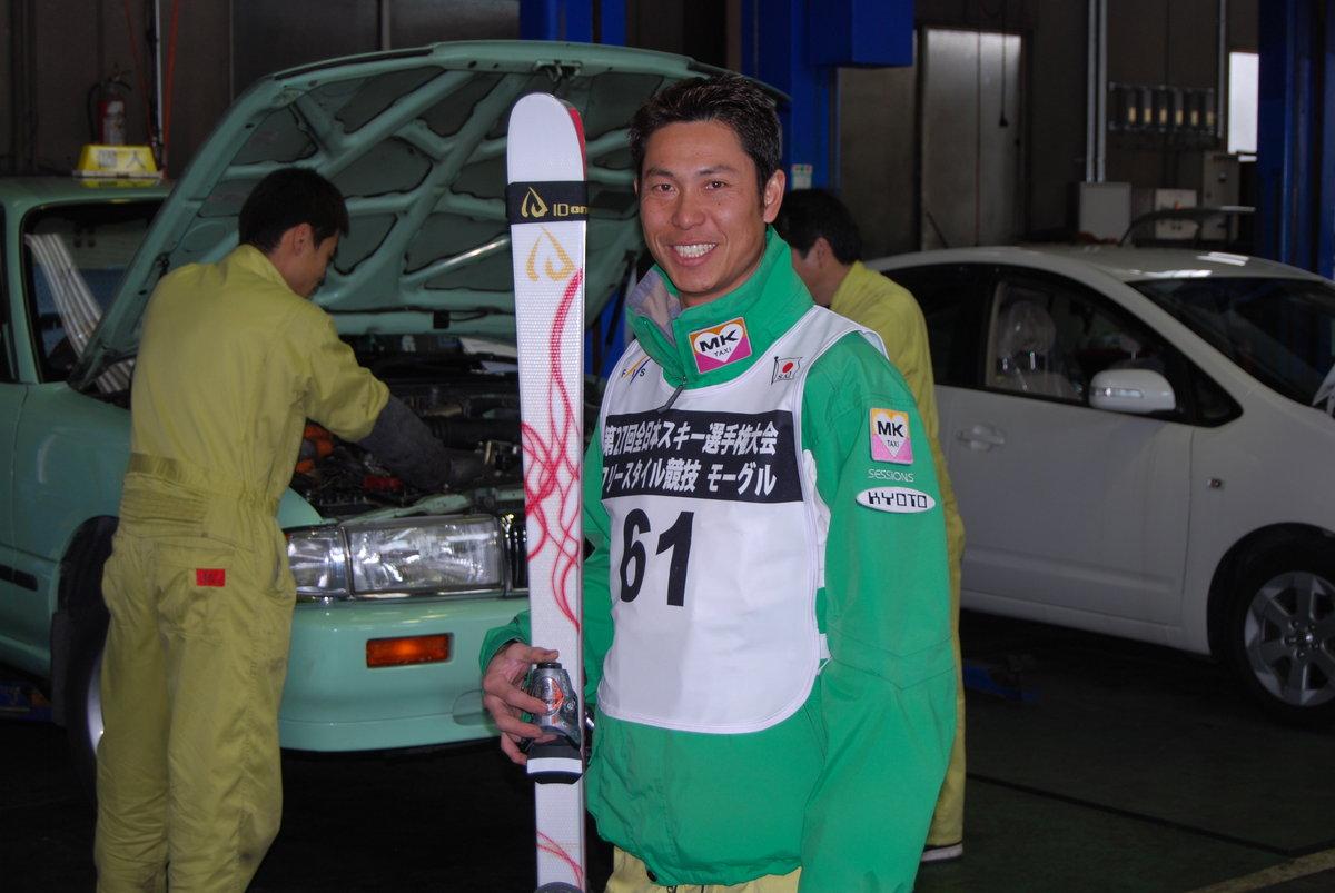 自動車整備士とスキーを両立している鈴木亮職員