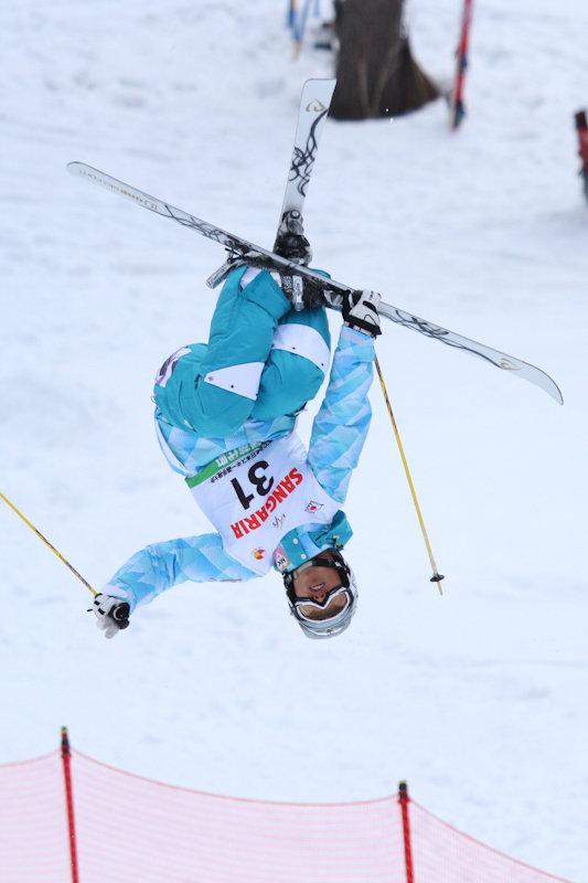 大会でバックフリップを決める鈴木選手(2012年3月3日、ハチ北高原スキー場で開催された「第5回西日本モーグル大会」にて)