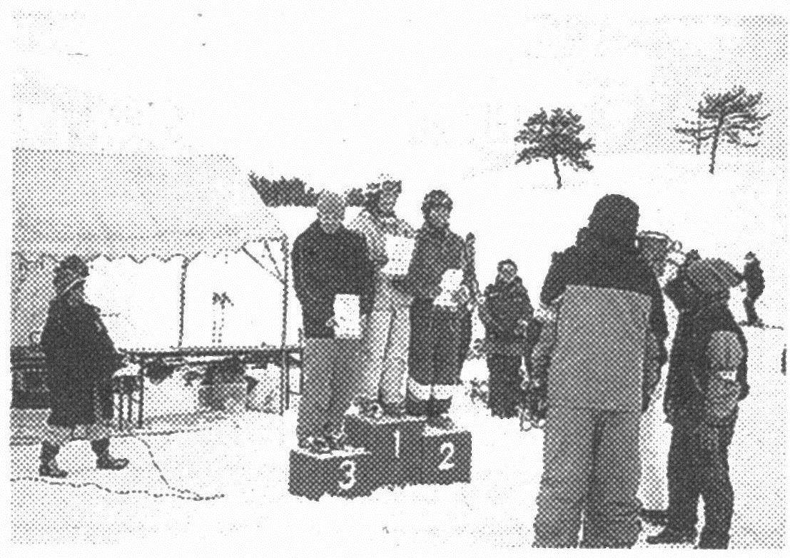 2005年2月6日の「京都府モーグル競技会」で第2位。表彰台にのぼり報道陣に囲まれる