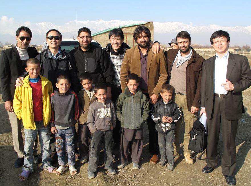 カブール近郊農村の現地調査:近所の子供たちと共に