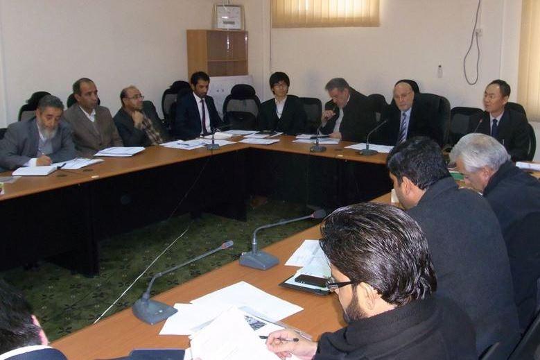 水・エネルギー省での副大臣を交えた会議風景