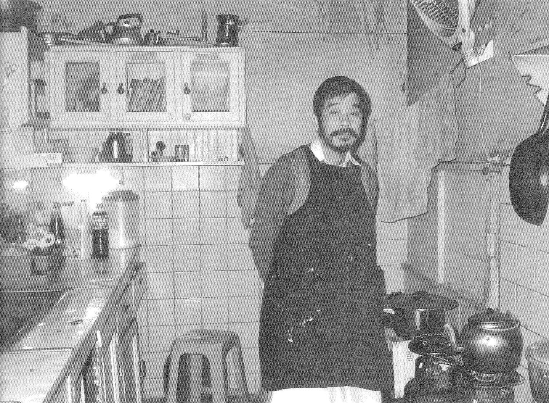荒野さんと当時のキッチン。ガスボンベの上部がコンロになっている。(書籍222ページ)