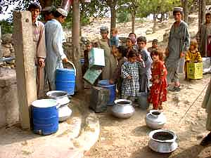 完成した井戸に水をくみに来た子どもたち