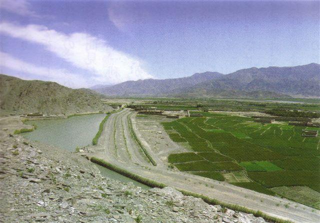 キャナルと通水前の畑(上)と通水後の畑(下)