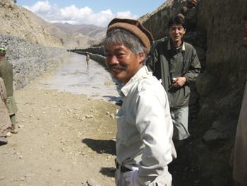 用水路試通水時に通水の様子を見守る中村医師(ペシャワール会ホームページより)