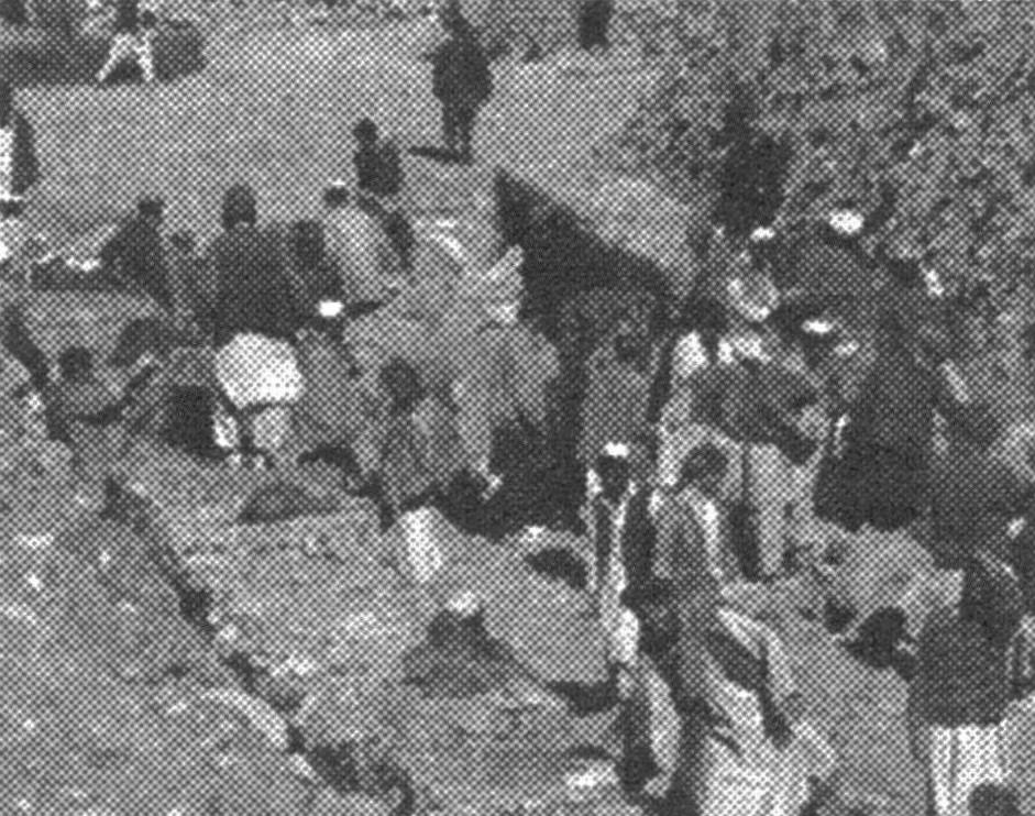 水路工事現場。蛇籠、布団籠に石を詰める作業員たち。2004年1月13日(ペシャワール会HPより)