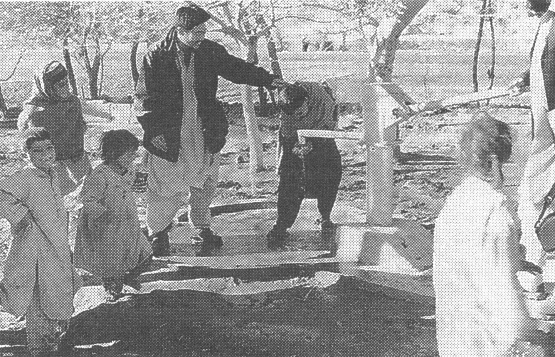 井戸の完成を喜ぶ子供たち(2001年1月。中央が蓮岡修さん)ペシャワール会提供