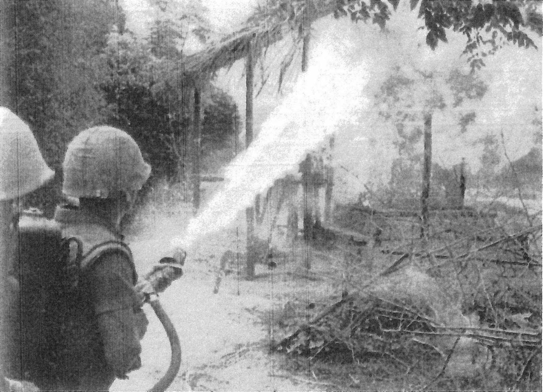 海兵隊員がベトナム人の「小屋(フーチ)」に火をかける。(出典:ニック・タース著『動くものはすべて殺せ アメリカ兵はベトナムで何をしたか』)