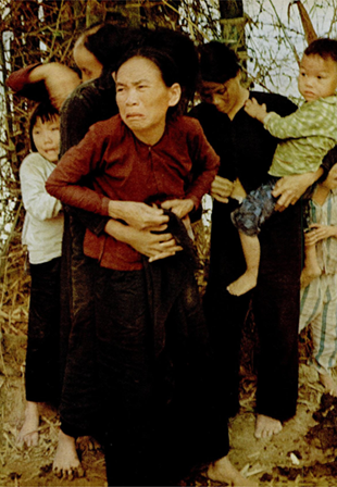 銃口を向けられた一般市民(ソンミ事件、出典:『LIFE』1969年12月5日号)