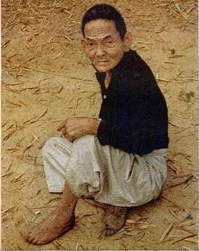 年老いた男性は歩けないほどに震えていた。カメラマンが去った直後銃声が響いた。(ソンミ事件、出典:『LIFE』1969年12月5日号)