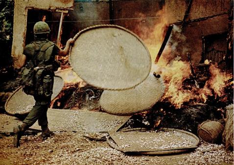 全てを焼き尽くすため兵士は火を煽っていた(ソンミ事件、出典:『LIFE』1969年12月5日号)