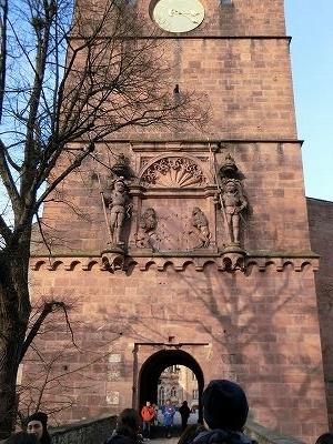 門の巨人と盾を掲げる獅子のレリーフ