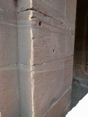 壁には銃弾の跡