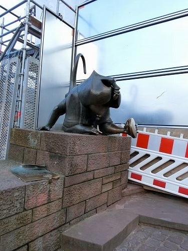 サルの像(接近)