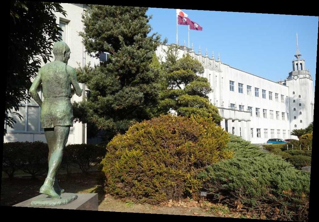 金栗四三さんの銅像(後ろは、熊本県立玉名高等学校)