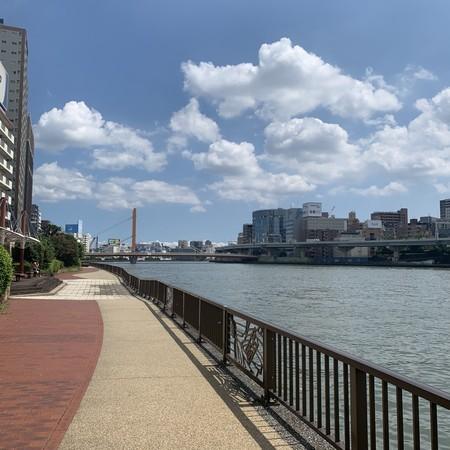 夏の日差し 隅田川テラス左岸 竪川水門南側