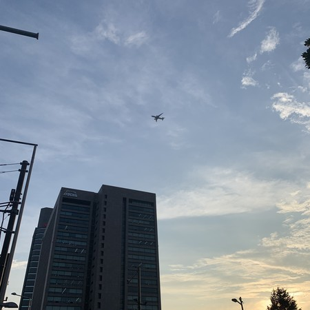 伊藤忠ビル上空 降下する飛行機 青山二丁目交差点