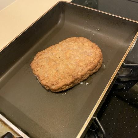 油を引かないフライパン 片面2分 焼く