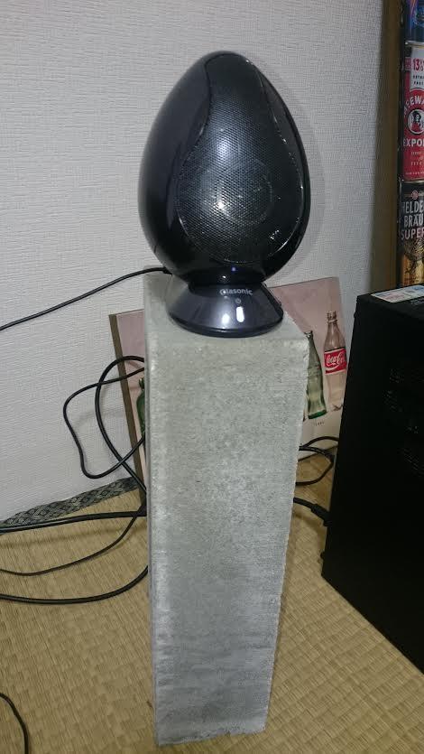 スピーカースタンドを使用して耳の高さに近付けたオラソニック TW-S9