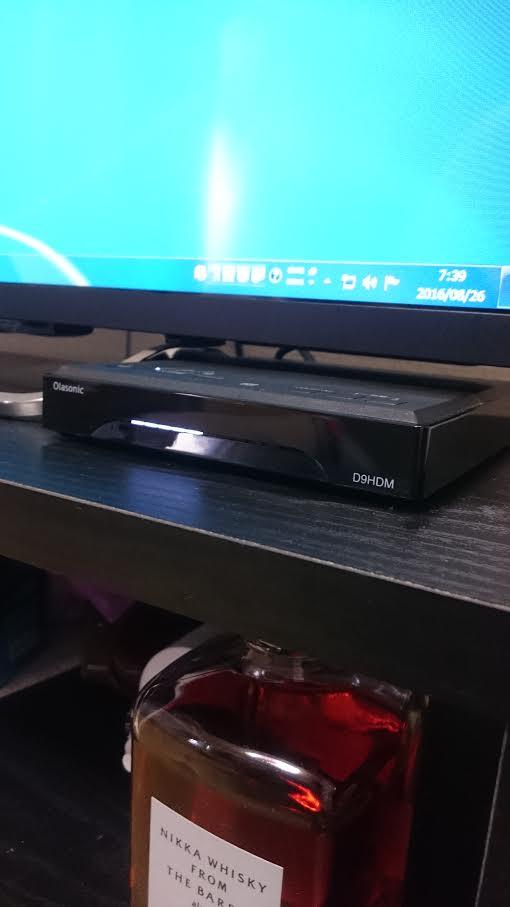 テレビ台に置いたオラソニックのアンプ部を右斜めの角度から見る
