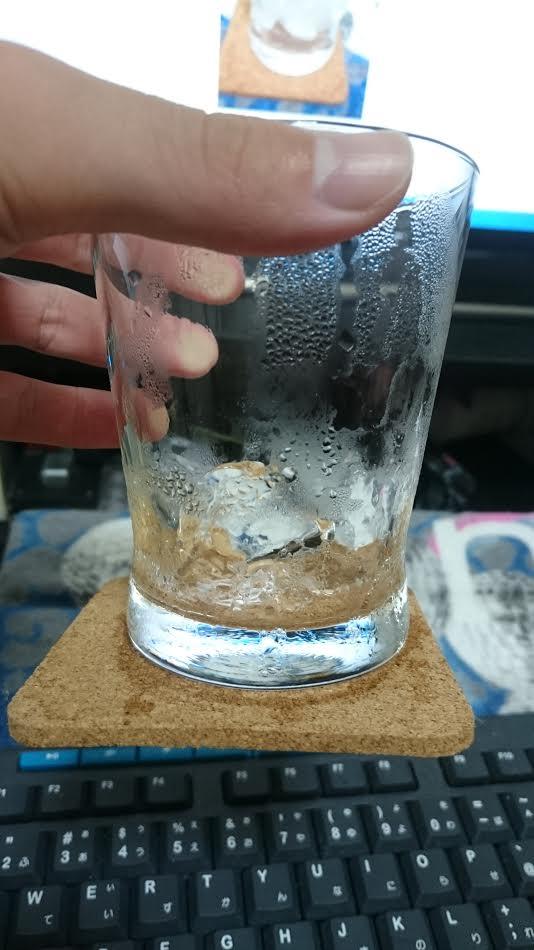 コースターがグラスに引っ付く