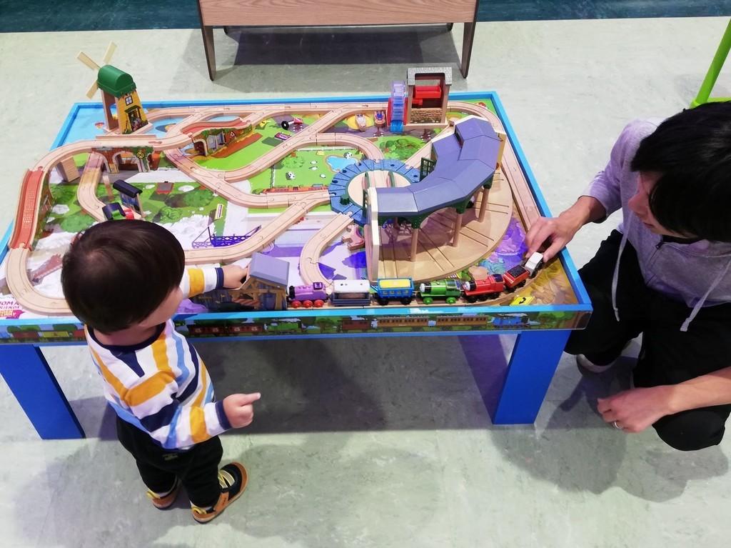 男の子息子の2歳の誕生日クリスマスプレゼントトーマス木製レールセット一緒に遊ぶ