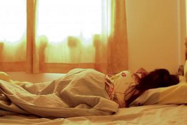 こちらに背中を向けて眠っている女性