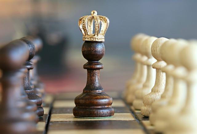 王冠を載せたチェスのポーン