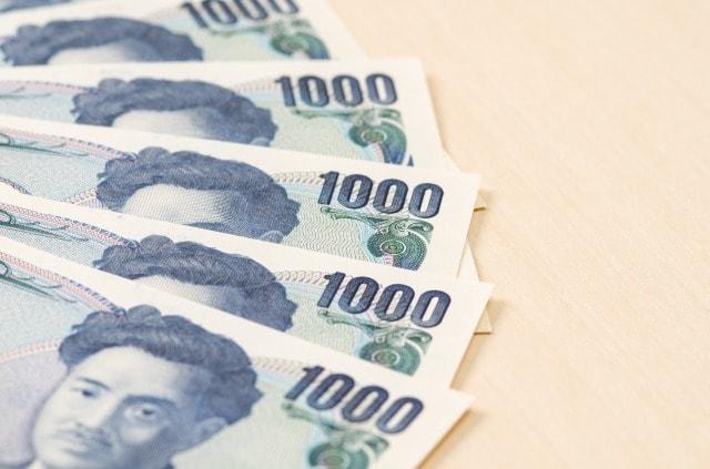 扇形に広げられた千円札