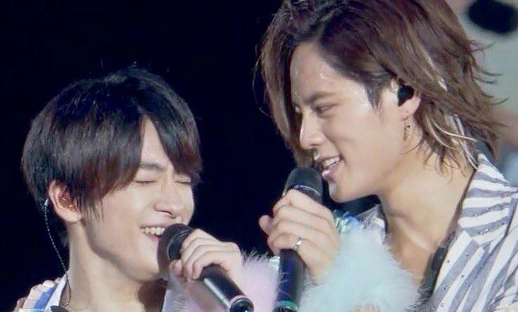 メンバーと笑い合う岡本圭人