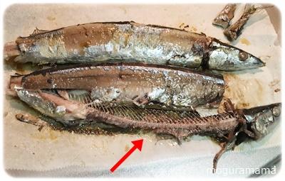 秋刀魚の骨を取る
