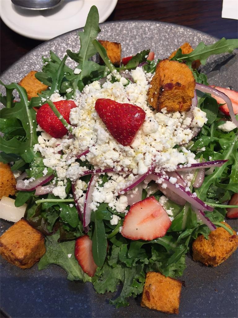 SAWAMURAパン食べ放題ランチの苺とチーズのサラダ