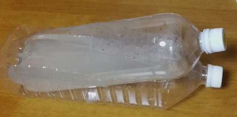 斜めに置かれたゾウリムシ培養用ペットボトル