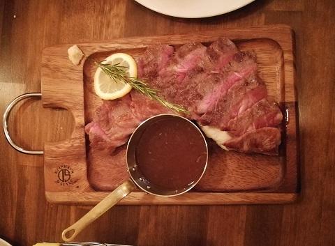 肉バルのステーキ