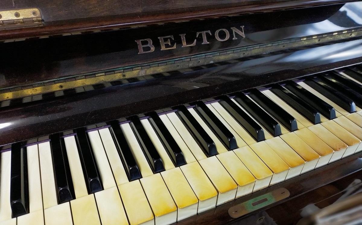 BELTONのアップライトピアノ