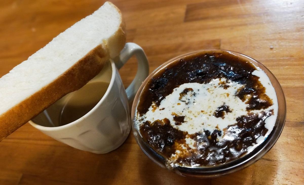 ビーフシチューの残り物とパンの朝食
