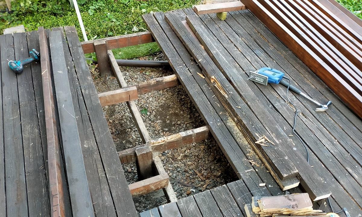 ウッドデッキの修理、痛んだ天板をはずす