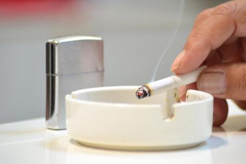 タバコをすう男性