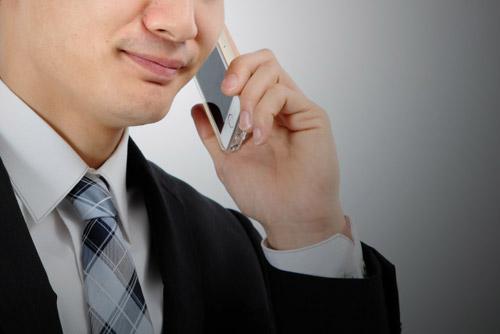 仮交際成立し電話連絡する男性