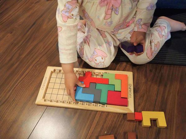 ボードにペンタミノを埋める娘(2歳)