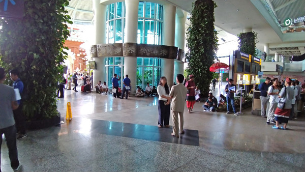 デンパサール空港到着フロアーの写真