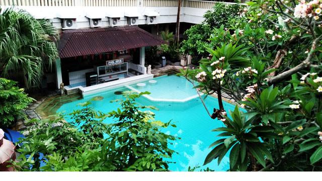 ロサニホテルの2階からプールを見下ろす