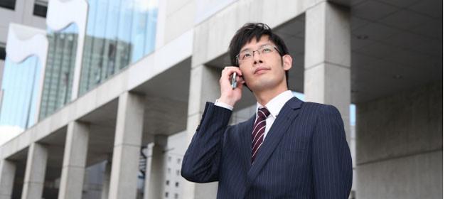 海外でスマホを使うビジネスマン