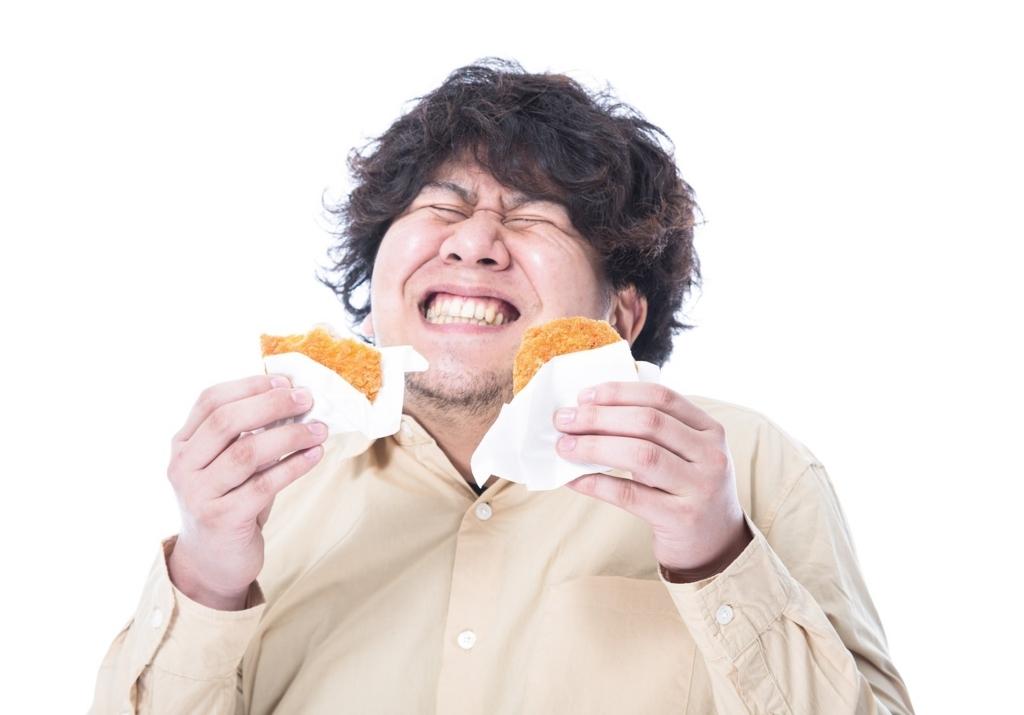 fコロッケを食べる男子