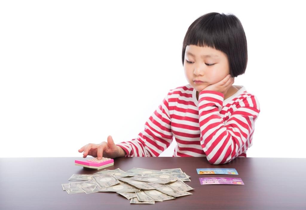 退職金を計算する女子