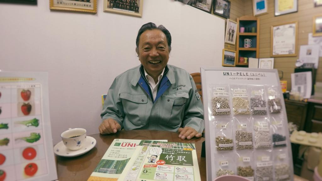 「ユニペレ」を前に満面の笑みを浮かべる森川社長。製品への愛が伝わってきます。