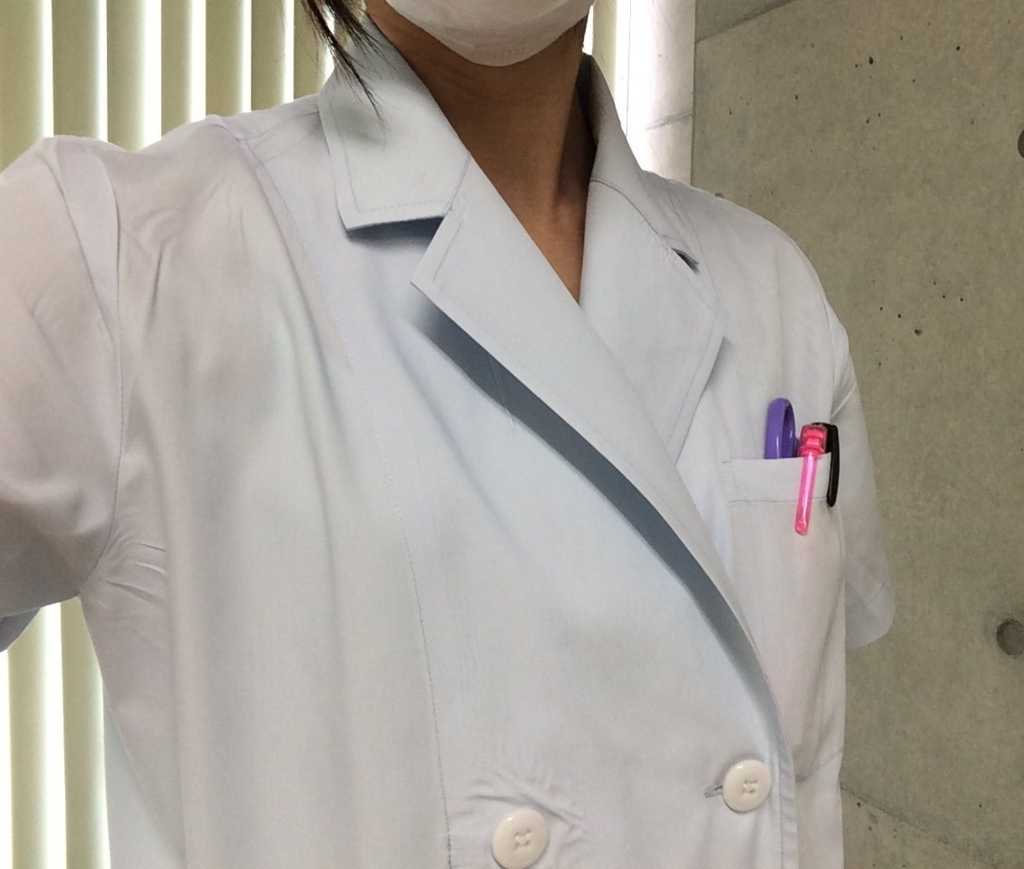 金属アレルギーの白衣姿
