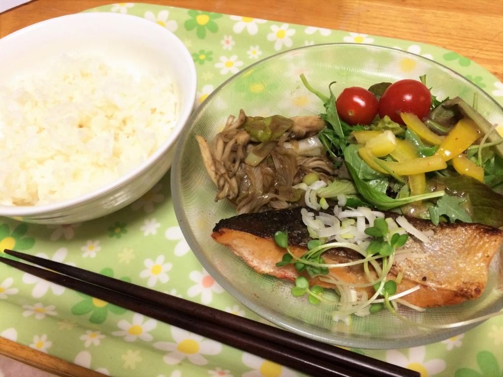 焼鮭の定食。(汁物なし)