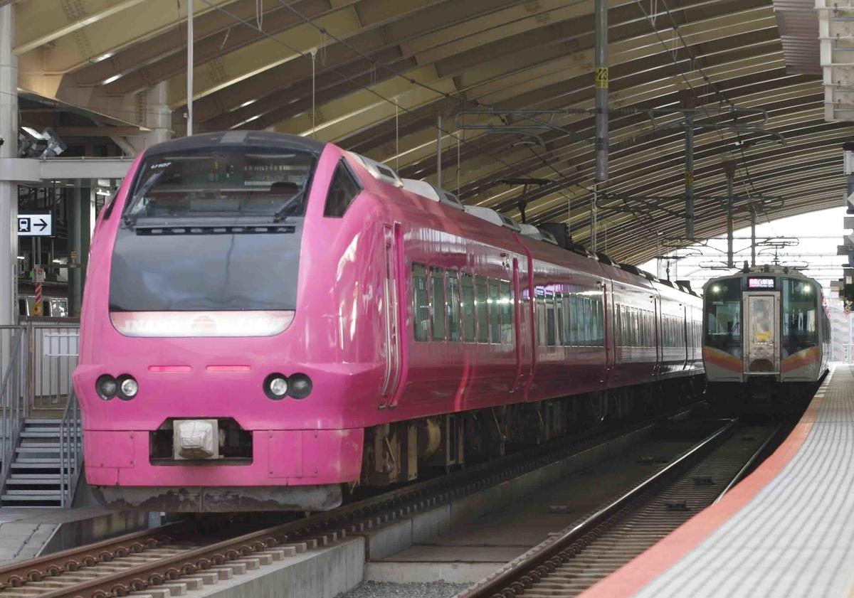 E653系1000番台 ハマナス色 瑠璃色 特急いなほ号 白新線新潟駅で撮影